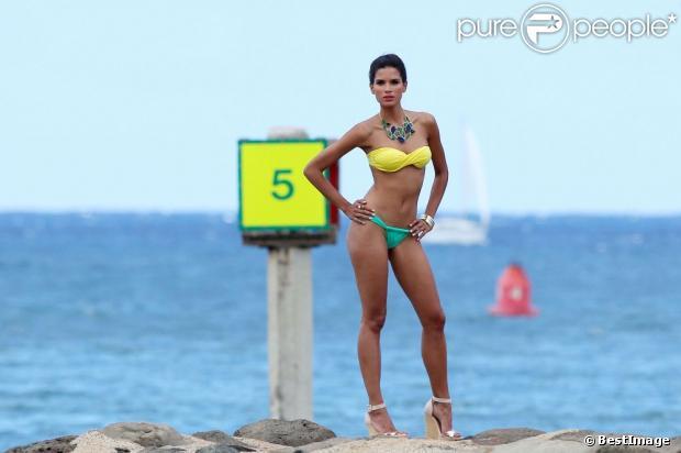 Exclusif - Le mannequin brésilien Raica Oliveira en pleine séance photo à Hawaï, le 30 juin 2013.