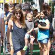 Selma Blair a passé la journée du dimanche 7 juillet 2013 avec son ex-compagnon Jason Bleick et leur fils Arthur, au Farmers Market de Studio City à Los Angeles. Au programme : tour en train, château gonflable et découverte des animaux de la ferme.