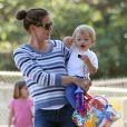 Jennifer Garner avec un bidon rebondi emmène ses enfants Violet, Seraphina et Samuel au parc à Pacific Palisades, le 15 juillet 2013.