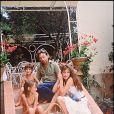 Jane Birkin, Charlotte Gainsbourg, Serge Gainsbourg et Kate Barry à Saint-Tropez, le 19 juillet 1997.
