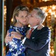 Le roi Philippe et la reine Mathilde de Belgique s'embrassent une dernière fois au balcon du palais royal à Bruxelles avant le feux d'artifices de la fête natioanle, le 21 juillet 2013.
