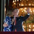 Le roi Philippe et la reine Mathilde de Belgique se présentent une dernière fois au balcon du palais royal à Bruxelles avant le feux d'artifices de la fête natioanle, le 21 juillet 2013.