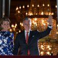 Il est 22h15 quant le roi Philippe et la reine Mathilde de Belgique se présentent une dernière fois au balcon du palais royal à Bruxelles avant le feux d'artifices de la fête natioanle, le 21 juillet 2013.