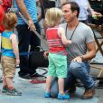 Will Arnett et ses enfants Abel et Archibald sur le tournage de Teenage Mutant Ninja Turtle à Times Square, New York, le 22 juillet 2013.