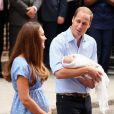 Kate Middleton et le prince William, rayonnants, ont présenté leur bébé le prince de Cambridge le 23 juillet 2013 vers 20h30 devant l'aile Lindo de l'hôpital St Mary avant de rentrer à Kensington à bord d'un Range Rover conduit par William.