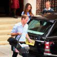 Le prince William installant son fils le prince de Cambridge. Kate Middleton et le prince William, rayonnants, ont présenté leur bébé le prince de Cambridge le 23 juillet 2013 vers 20h30 devant l'aile Lindo de l'hôpital St Mary avant de rentrer à Kensington à bord d'un Range Rover conduit par William.