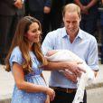 Bébé Cambridge dévoile un bout de frimousse... Kate Middleton et le prince William, rayonnants, ont présenté leur bébé le prince de Cambridge le 23 juillet 2013 vers 20h30 devant l'aile Lindo de l'hôpital St Mary avant de rentrer à Kensington à bord d'un Range Rover conduit par William.
