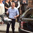 En voiture ! William installe le petit prince... Kate Middleton et le prince William ont présenté leur fils le prince de Cambridge le 23 juillet 2013 devant l'aile Lindo de l'hôpital St Mary avant de rentrer à Kensington.