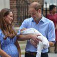 Le prince William et Kate Middleton, tout heureux et en forme, présentent leur bébé le prince de Cambridge devant l'aile Lindo du St Mary Hospital le 23 juin 2013, quelques minutes avant de rentrer en famille à Kensington Palace.