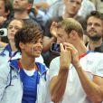 Alain Bernard et sa compagne Coralie Balmy lors de la finale de handball entre la France et la Suèdeà l'Olympic Park de Londres le 12 août 2012