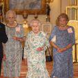 La reine Elizabeth II à Buckingham Palace le 23 juillet 2013 lors du gala du Queen's Award for Enterprise 2013, tandis que son arrière-petit-fils le prince George de Cambridge passe sa première soirée chez lui, à Kensington Palace, avec ses parents le prince William et Kate Middleton.