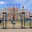 La reine Elizabeth II a rendu visite à son petit-fils le prince George de Cambridge à Kensington Palace à 11 heures le 24 juillet 2013.