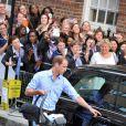 Le prince George de Cambridge, âgé d'un jour quittant la maternité de l'hôpital St Mary avec ses parents le prince William et Kate Middleton le 23 juillet 2013, à Londres.