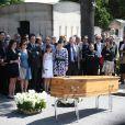 Jack Lang, sa femme Monique et leur famille, et Azzedine Alaiaaux obsèques de Valérie Lang au cimetière de Montparnasse à Paris le 25 juillet 2013