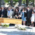 Marek Halter, Bernard Kouchner, Harlem Desir, Jean Benguigui, Jack Lang, sa femme Monique, leur fille Caroline et leur familleaux obsèques de Valérie Lang au cimetière de Montparnasse à Paris le 25 juillet 2013
