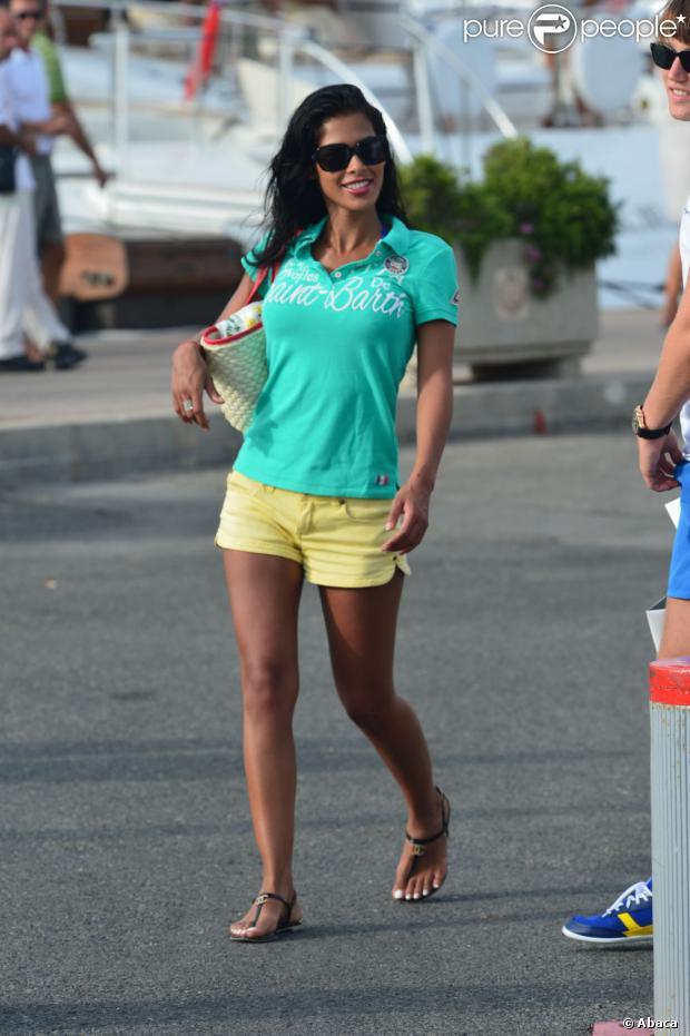 La belle Ayem Nour dans les rues de Saint-Tropez, le 28 juillet 2013
