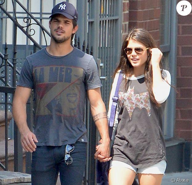 Taylor Lautner et sa nouvelle petite amie Marie Avgeropoulos main dans la main dans les rues de SoHo, New York, le 29 juillet 2013.