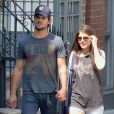 Taylor Lautner et Marie Avgeropoulos à SoHo, New York, le 29 juillet 2013.