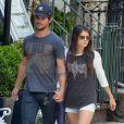 Taylor Lautner et Marie Avgeropoulos amoureux à SoHo, New York, le 29 juillet 2013.