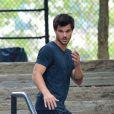 Exclusif - Taylor Lautner joue au Yamakasi sur le tournage du film Tracers à New York, le 19 juillet 2013.