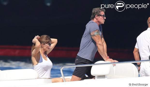 Sylvester Stallone avec sa femme Jennifer Flavin profitent de leur vacances en famille à bord d'un yacht de luxe le 1er août 2013, au large de Saint-Jean-Cap-Ferrat.