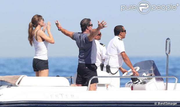 Sylvester Stallone avec sa femme Jennifer Flavin surveillent de loin leur filles Sophia, Sistine et Scarlet alors en vacances en famille à bord d'un yacht de luxe le 1er août 2013, au large de Saint-Jean-Cap-Ferrat.