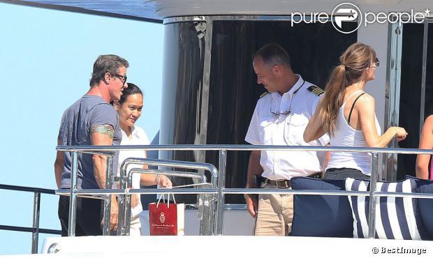 Sylvester Stallone avec sa femme Jennifer Flavin en vacances en famille à bord d'un yacht de luxe le 1er août 2013, au large de Saint-Jean-Cap-Ferrat.