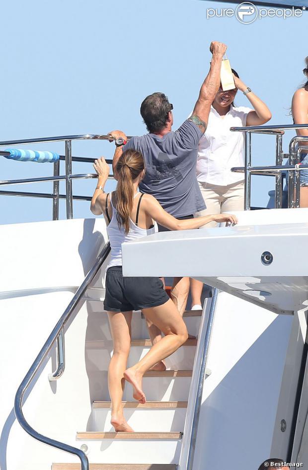 Sylvester Stallone avec sa femme Jennifer Flavin au côté de ses filles Sophia, Sistine et Scarlet en vacances à bord d'un yacht de luxe le 1er août 2013, au large de Saint-Jean-Cap-Ferrat.
