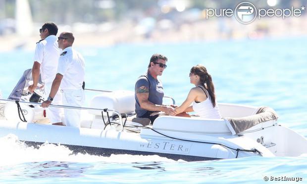 Sylvester Stallone avec sa femme Jennifer Flavin en discussion en vacances à bord d'un yacht de luxe le 1er août 2013, au large de Saint-Jean-Cap-Ferrat.