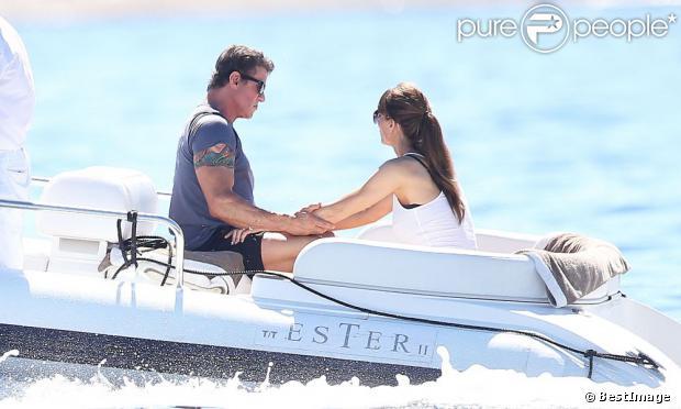 Sylvester Stallone avec sa femme Jennifer Flavin en vacances à bord d'un yacht de luxe le 1er août 2013, au large de Saint-Jean-Cap-Ferrat.
