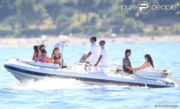 Sylvester Stallone avec sa femme Jennifer Flavin et ses filles Sophia, Sistine et Scarlet en vacances à bord d'un yacht de luxe le 1er août 2013, au large de Saint-Jean-Cap-Ferrat.