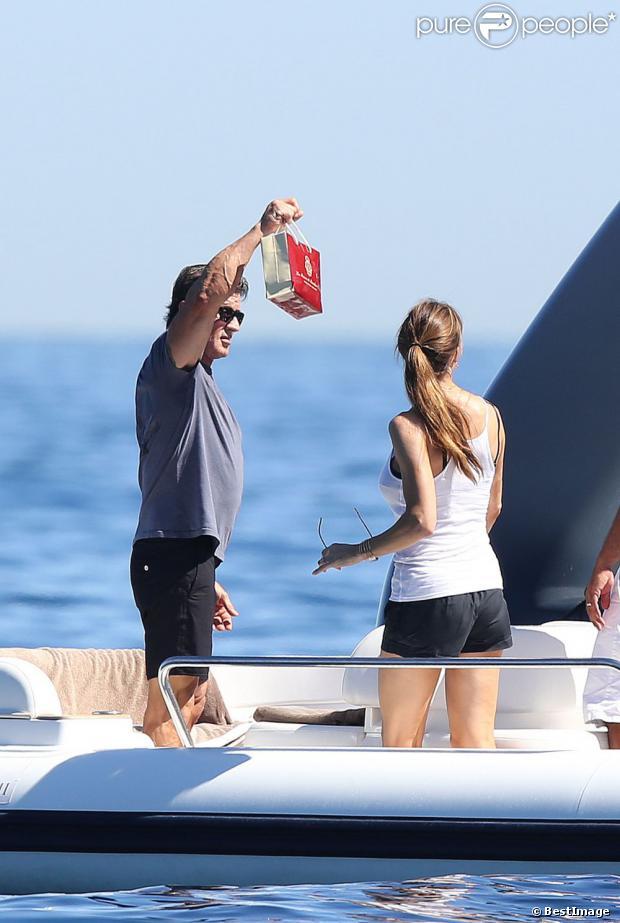 Jennifer Flavin en vacances à bord d'un yacht de luxe le 1er août 2013, au large de Saint-Jean-Cap-Ferrat.