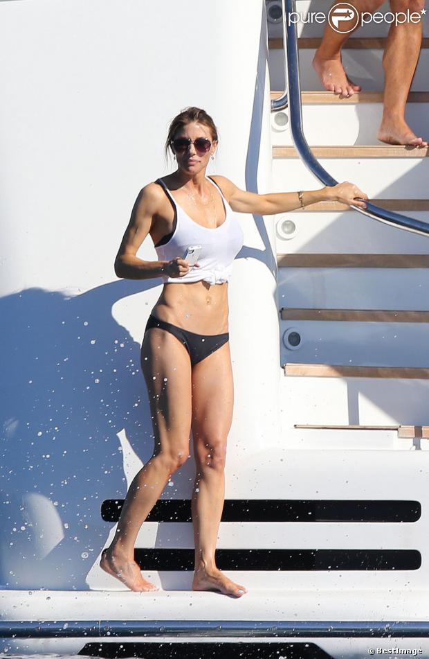 La superbe Jennifer Flavin en vacances à bord d'un yacht de luxe le 1er août 2013, au large de Saint-Jean-Cap-Ferrat.