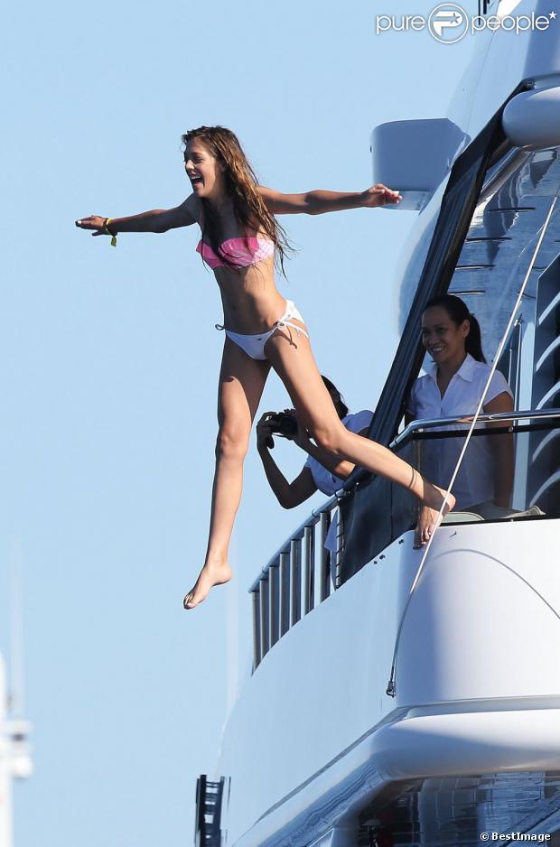 Une des filles de Sly en vacances à bord d'un yacht de luxe le 1er août 2013, au large de Saint-Jean-Cap-Ferrat.