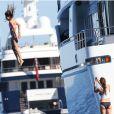 Un saut immortalisé par sa femme Jennifer Flavin en vacances à bord d'un yacht de luxe le 1er août 2013, au large de Saint-Jean-Cap-Ferrat.
