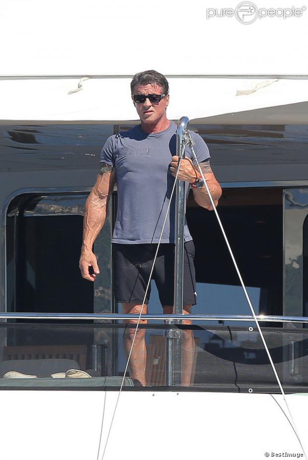 Sylvester Stallone cigare à la bouche en vacances à bord d'un yacht de luxe le 1er août 2013, au large de Saint-Jean-Cap-Ferrat.