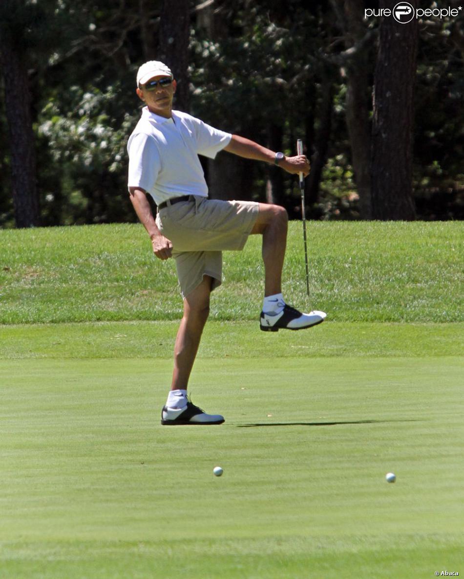 Barack Obama en vacances en pleine partie de golf sur le Farm Neck Golf Club de Oak Bluffs, le 11 août 2013