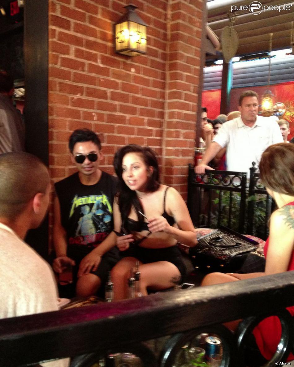 Lady Gaga s'éclate au bar The Abbey à West Hollywood, Los Angeles. Le 11 août 2013
