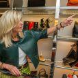 """L'animatrice et productrice de télévision américaine Oprah Winfrey estime qu'elle a été victime de racisme dans une boutique de luxe répondant au nom de """"Trois Pommes"""" tenue par Trudie Goetz lors d'un séjour à Zurich. Dans une interview accordée à Larry King sur Ora.tv, la reine des """"talk-shows"""" américains a confié qu'une vendeuse de Zurich (Suisse) avait refusé de lui montrer un sac à main, affirmant que celui-ci était """"trop cher pour elle"""". Le sac valait 40 000 Dollars."""