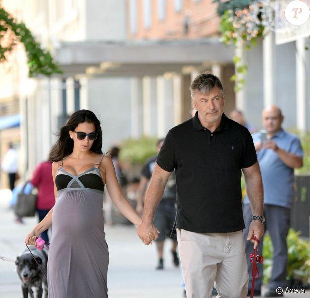 Alec Baldwin et sa femme Hilaria Thompson, enceinte, se baladent avec leurs chiens dans les rues de New York, le 15 août 2013.