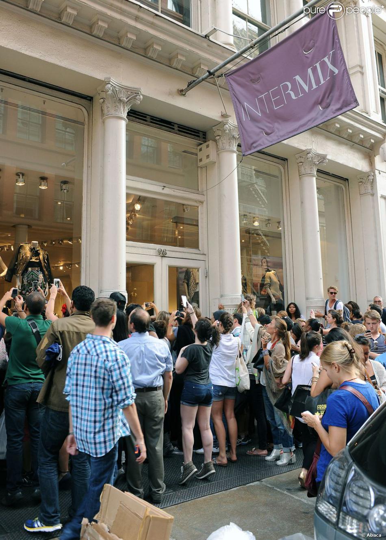 Les fans et curieux amassés devant la boutique de vêtements Intermix, où Rihanna fait son shopping. New York, le 22 août 2013.