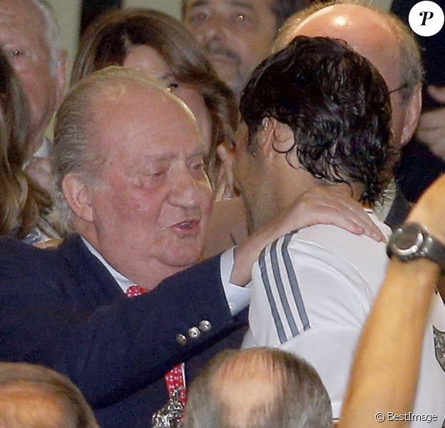 Juan Carlos d'Espagne assiste au match de football Real Madrid-Al-Saad (5-0) au stade Santiago Bernabeu à Madrid le 22 août 2013. Un match hommage à l'ex-légende du club espagnolRaúl qu'il n'a pas manqué de féliciter.