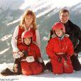 Sarah Ferguson et le prince Andrew, duc d'York, en vacances aux sports d'hiver à Verbier, en Suisse, avec leurs filles les princesses Eugenie et Beatrice, en février 1997, quelques mois après leur divorce.