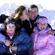 Sarah Ferguson et le prince Andrew en famille avec leurs filles Eugenie et Beatrice à Verbier en 2001, cinq ans après leur divorce. Une famille toujours unie.