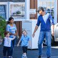 Will Arnett se promène avec ses fils Archie et Abel, à Los Angeles, le 25 août 2013.