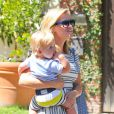 Reese Witherspoon et son fils Tennessee à Brentwood, le 24 août 2013.