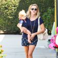 Reese Witherspoon et son fils Tennessee se rendent dans un magasin de jouets à Brentwood, le 15 août 2013.