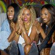 """""""Beyoncé s'éclate en compagnie de superbes mannequins au parc d'attraction de Coney Island pour le tournage de son clip à New York, le 29 août 2013."""""""