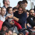 Jean Sarkozy avec son fils Solal lors de la rencontre de Ligue 1 entre le PSG et Guingamp (2-0), au Parc des Princes, le 31 août 2013.