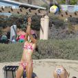 Alessandra Ambrosio en pleine partie de beachvolley à Los Angeles, le 31 août 2013.